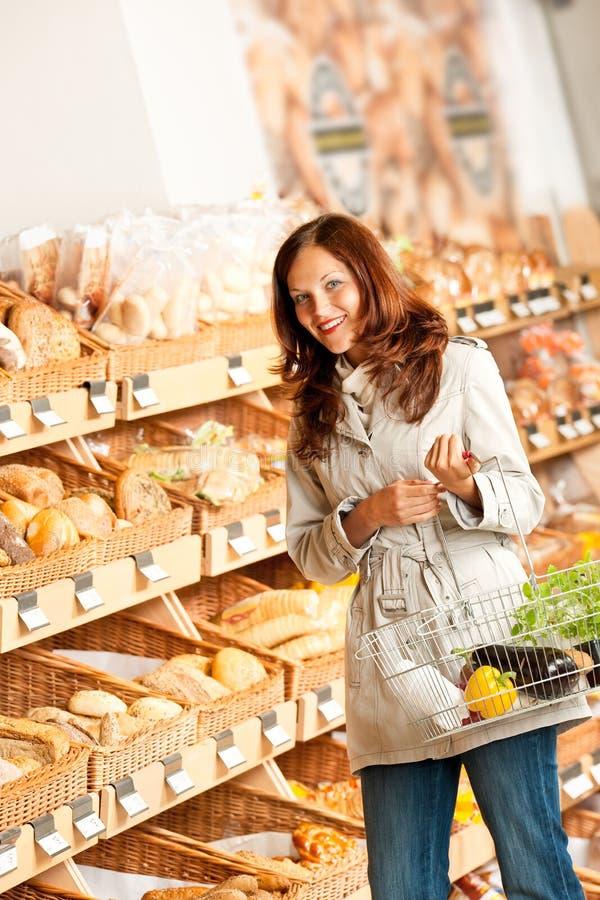 De opslag van de kruidenierswinkel: Jonge vrouw in bakkerijafdeling royalty-vrije stock foto