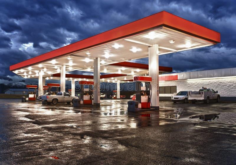 De Opslag van het benzinestationgemak op Regenachtige Avond stock foto's