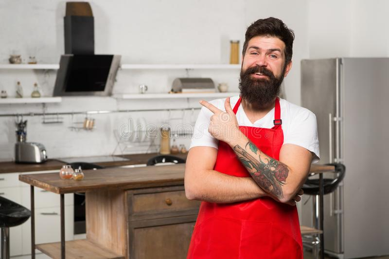 De opslag van het keukenmeubilair Het koken in nieuwe keuken Behoefte culinaire inspiratie Het weekend begint van smakelijk ontbi royalty-vrije stock fotografie