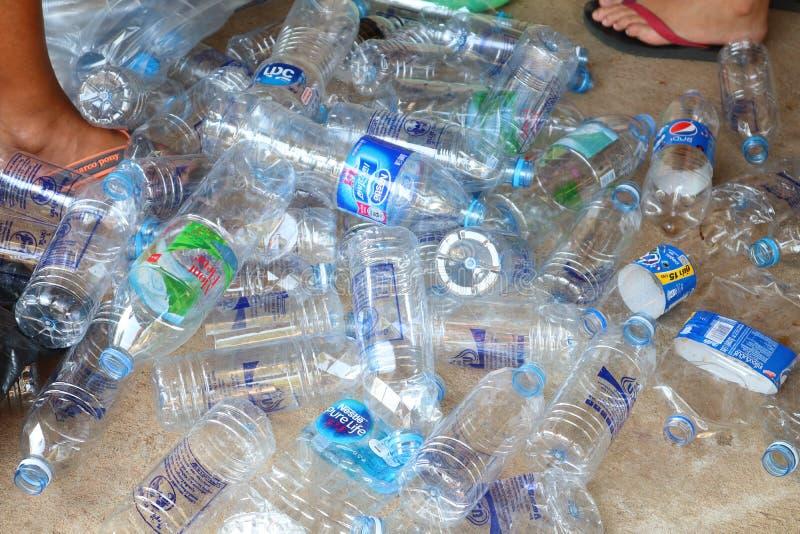 De opslag van plastic waterflessen, huisvuilscheiding voor recyclingshulp vermindert het globale verwarmen in Mueang-District Nak royalty-vrije stock foto