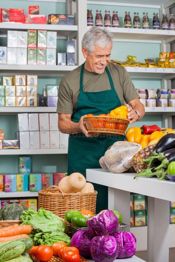 De Opslag van verkopersworking in grocery stock foto's