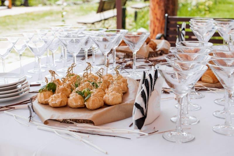 De opstelling van de de bardecoratie van het huwelijkssuikergoed met heerlijke cakes en snoepjes stock fotografie