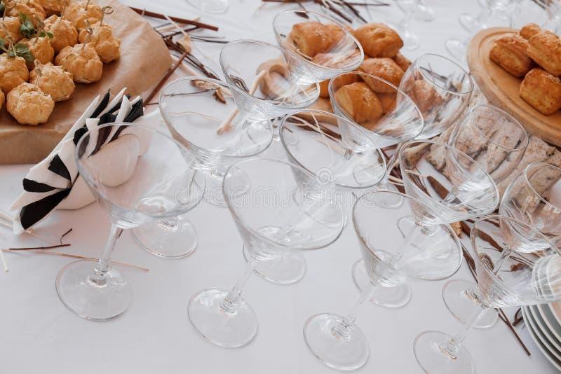 De opstelling van de de bardecoratie van het huwelijkssuikergoed met heerlijke cakes en snoepjes stock afbeeldingen