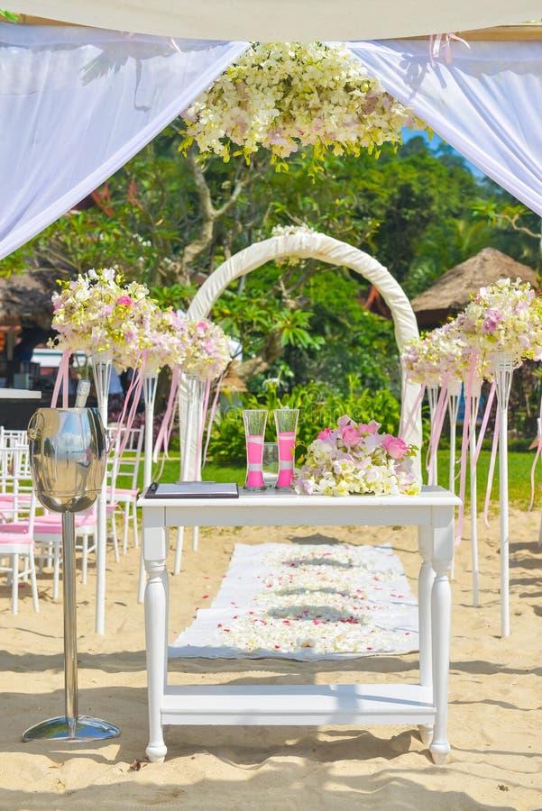 De opstelling van het Bautifulhuwelijk op het strand stock foto