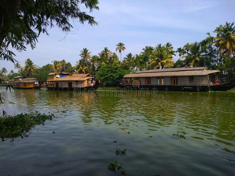 De opstelling van huisboten op de binnenwateren van Kerala stock foto