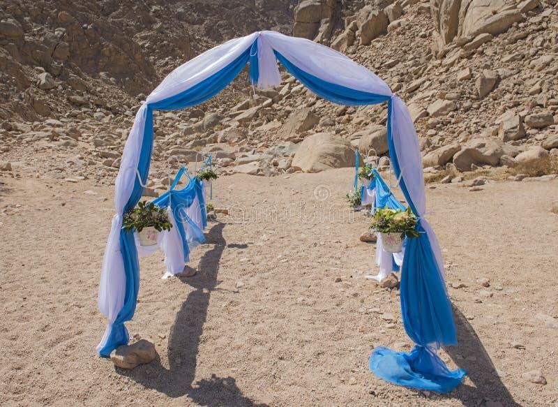 De opstelling van de huwelijksdoorgang in een ver dor woestijnmilieu stock foto