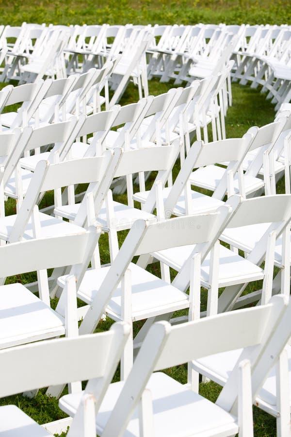 De opstelling van stoelen voor huwelijksceremonie stock for Stoelen voor buiten