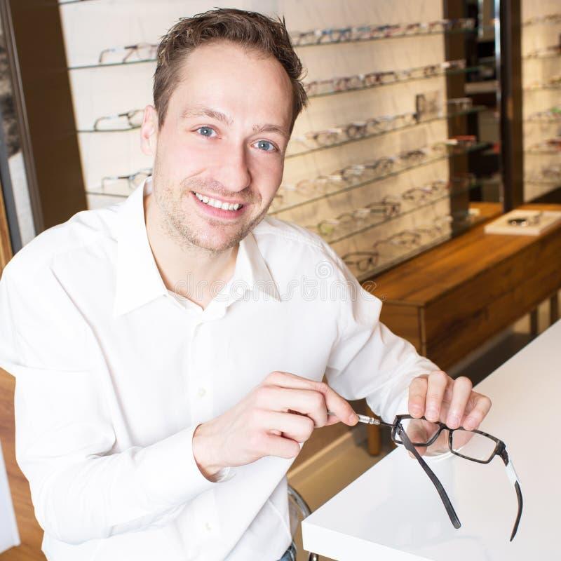 De opticien herstelt oogglazen royalty-vrije stock foto