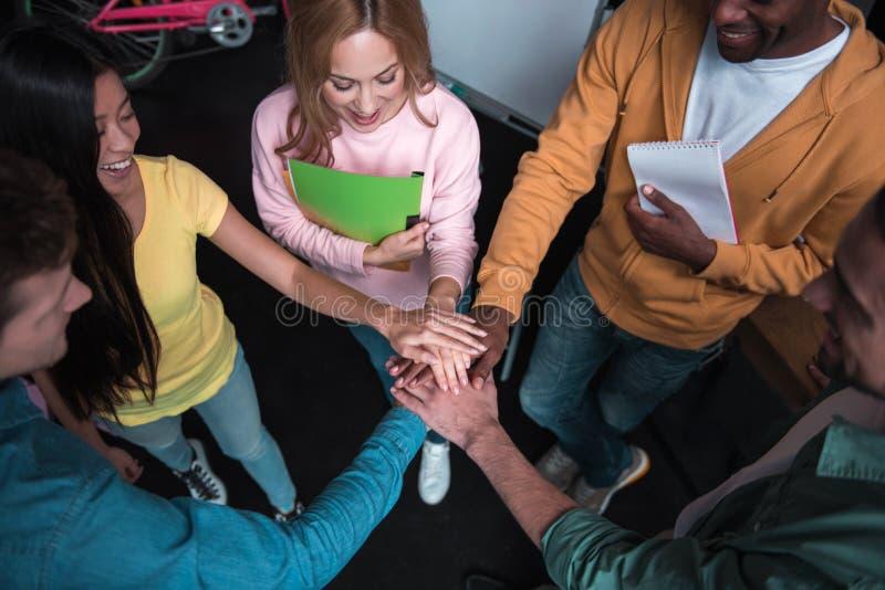 De optimistische bekwame internationale medewerkers tonen hun samenwerking stock foto's