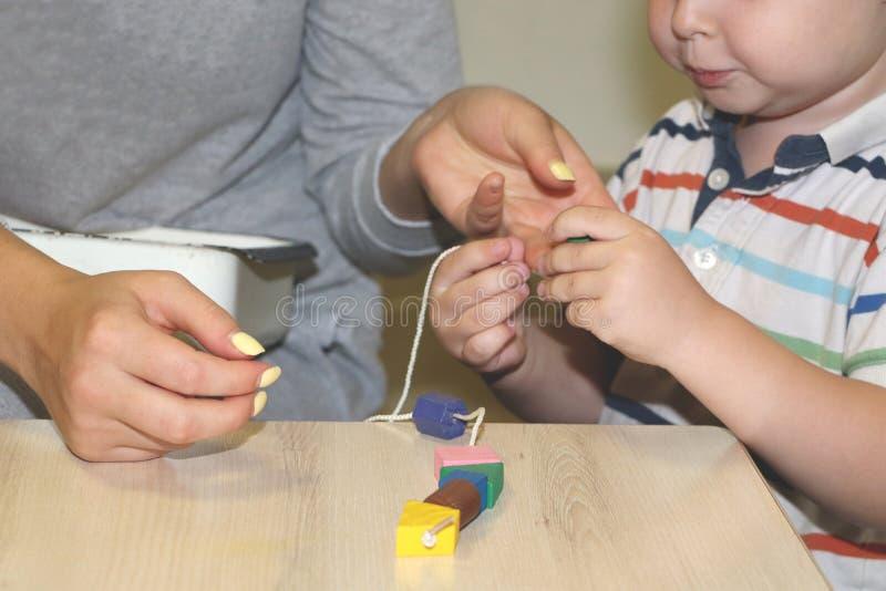 De opvoeder behandelt het kind in de kleuterschool Creativiteit en ontwikkeling van het kind royalty-vrije stock foto's