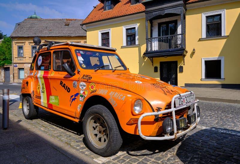 De oranje auto van de twee paardmacht stock foto's