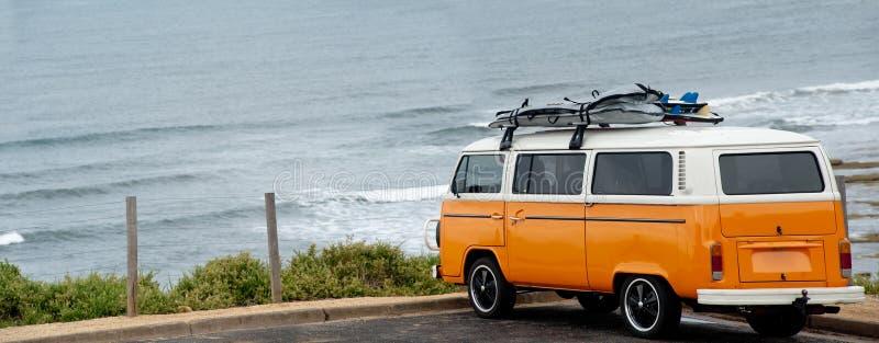 De Oranje Bestelwagen van Surfers op het strand van Klokken - Australië stock fotografie