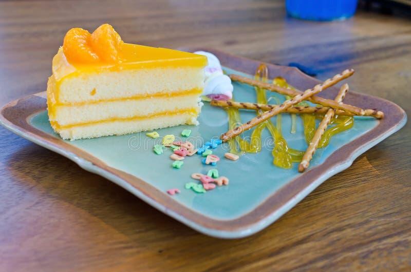 Download De Oranje Cake Met Kleurrijk Suikergoed Bestrooit Op Plaat Stock Afbeelding - Afbeelding bestaande uit topping, clipping: 39101111