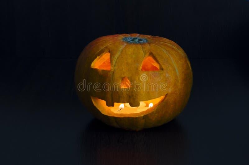 De oranje pompoen van Halloween met het branden van kaarsen op een donkere achtergrond De lantaarn van Jack o traditionele westel stock afbeeldingen