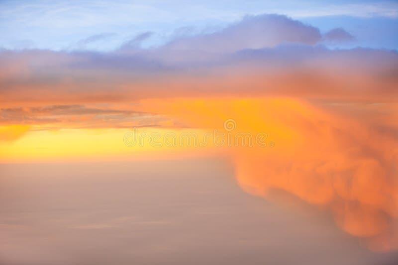 De oranje wolk van de zonsonderganghemel Mooie blauwe hemel met wolkenachtergrond Hemel met het blauw van de de aardwolk van het  stock afbeeldingen
