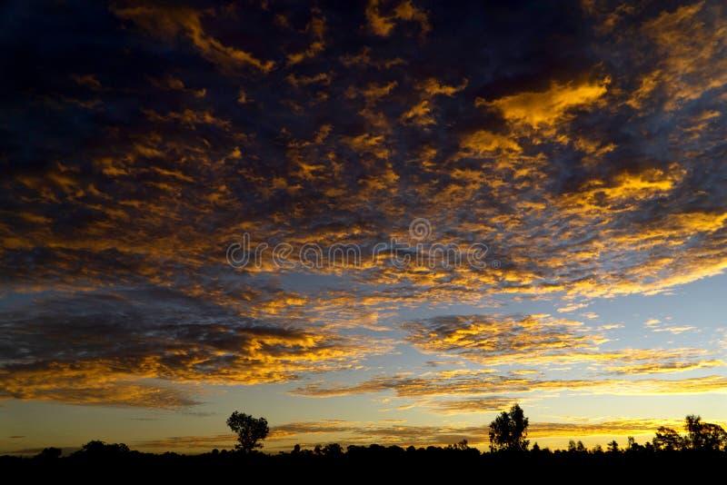 De oranje zonsopganghemel toont wolkentextuur royalty-vrije stock fotografie