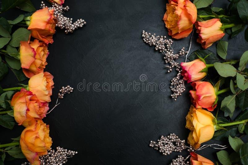 De oranjerode donkere achtergrond van de herfstrozen royalty-vrije stock afbeeldingen