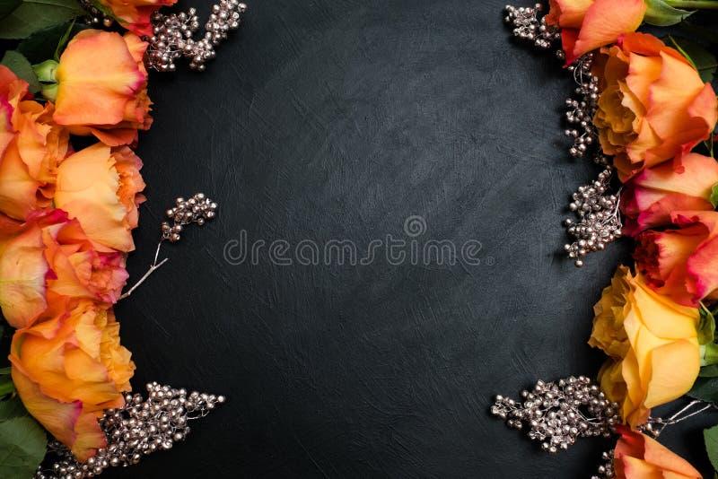 De oranjerode donkere achtergrond van de herfstrozen royalty-vrije stock foto