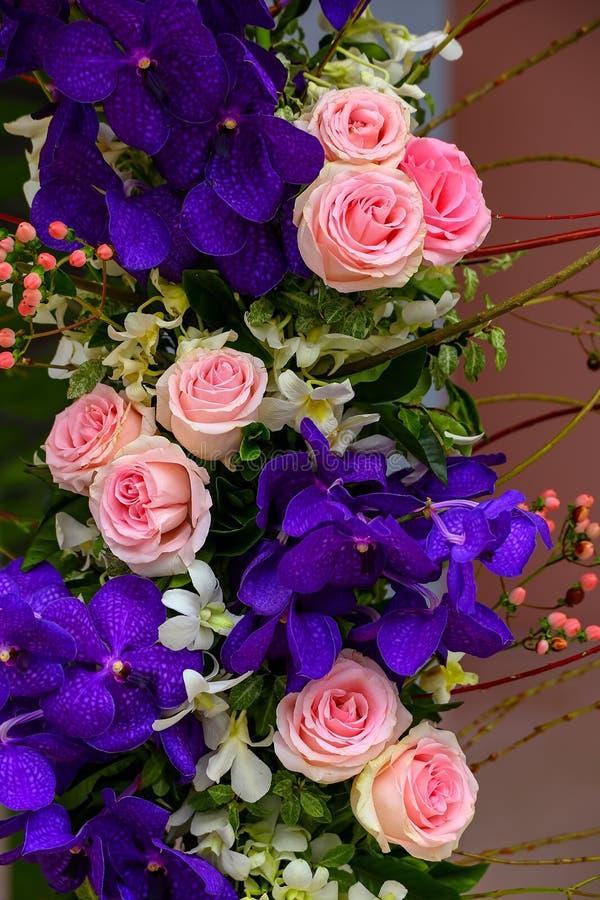 De orchideeën van Vanda en roze rozenboeket stock afbeelding