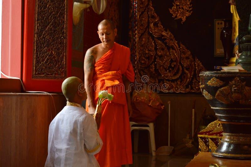De ordeningsceremonie betaalt eerbied aan Boedha werd Boeddhistische monnik langs uitnodigt van preceptor stock afbeelding