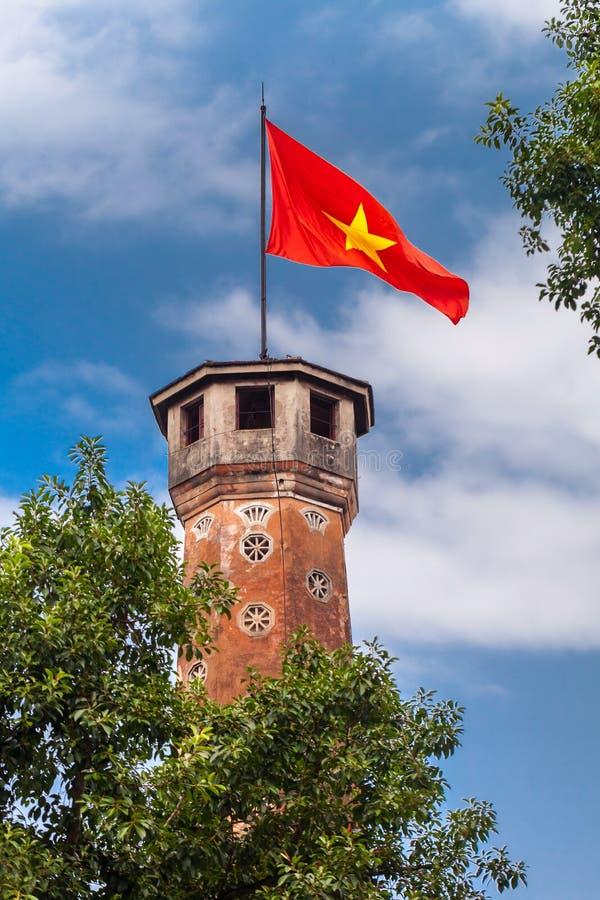 De oriëntatiepunten van Hanoi: De vlagtoren van Hanoi met Vietnamese rode vlag op bovenkant royalty-vrije stock foto's