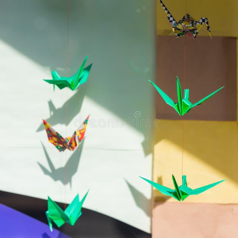 De origamivogels wegen op de kabels, Tokyo, Japan Met selectieve nadruk stock foto