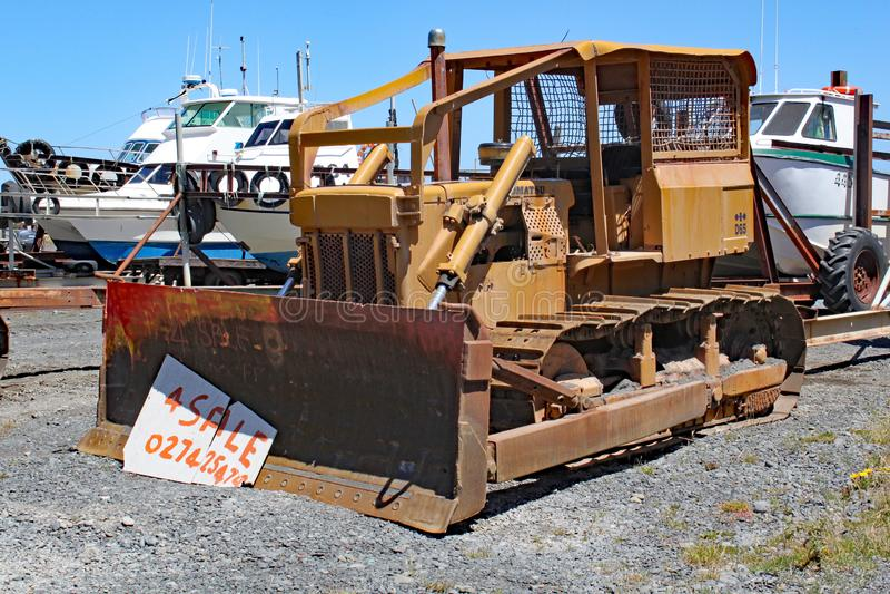 De originele manier van Nieuw Zeeland om boten uit het water te trekken Dit men is voor verkoop stock afbeelding