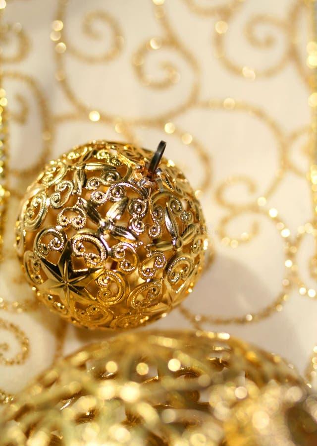 De ornamenten en het lint van de vakantie stock afbeelding