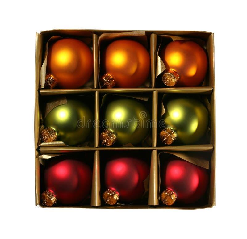 De ornamenten van Kerstmis in een doos met weg royalty-vrije stock afbeeldingen