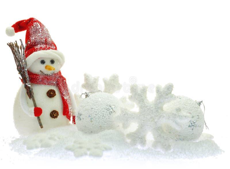 De ornamenten van Kerstmis op sneeuw royalty-vrije stock fotografie