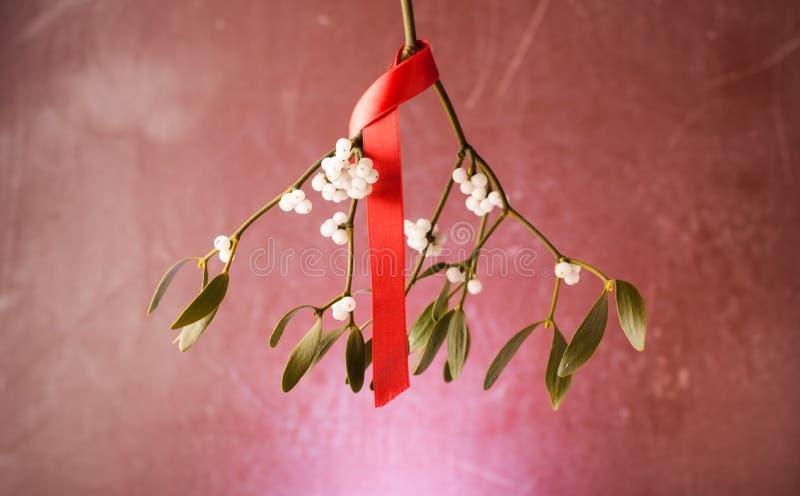 De ornamenten van de Kerstmismaretak met rood lint op houten achtergrond royalty-vrije stock afbeelding