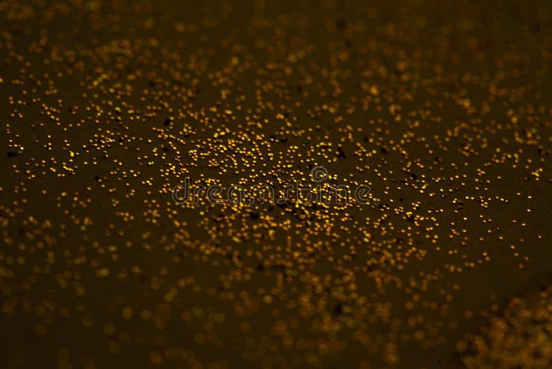 De oro abstracto salpica en el fondo marrón para las tarjetas, invitati fotos de archivo
