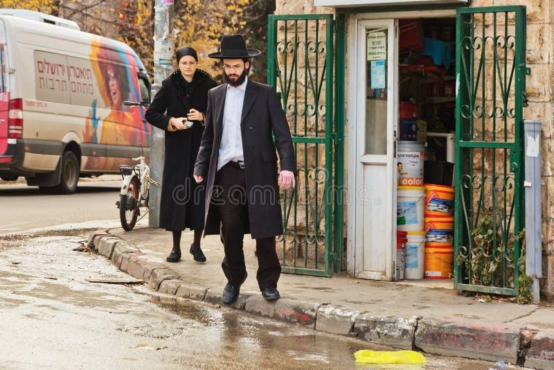 De orthodoxe Joodse mens kruist de weg in Jeruzalem royalty-vrije stock fotografie
