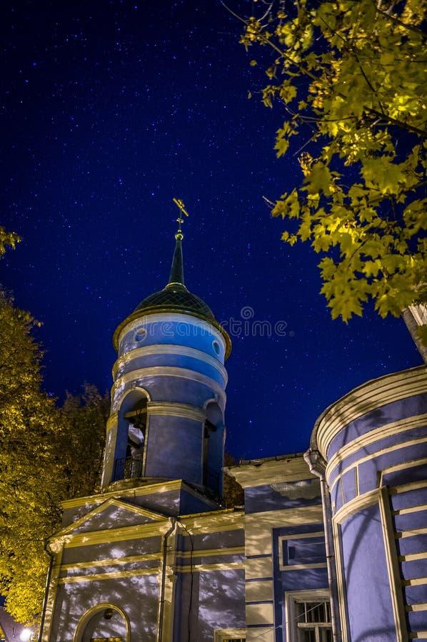 De Orthodoxe Kerk in de sterrige nacht royalty-vrije stock foto