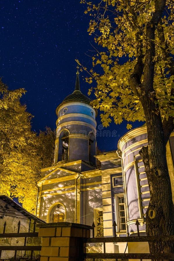 De Orthodoxe Kerk in de sterrige nacht royalty-vrije stock afbeeldingen