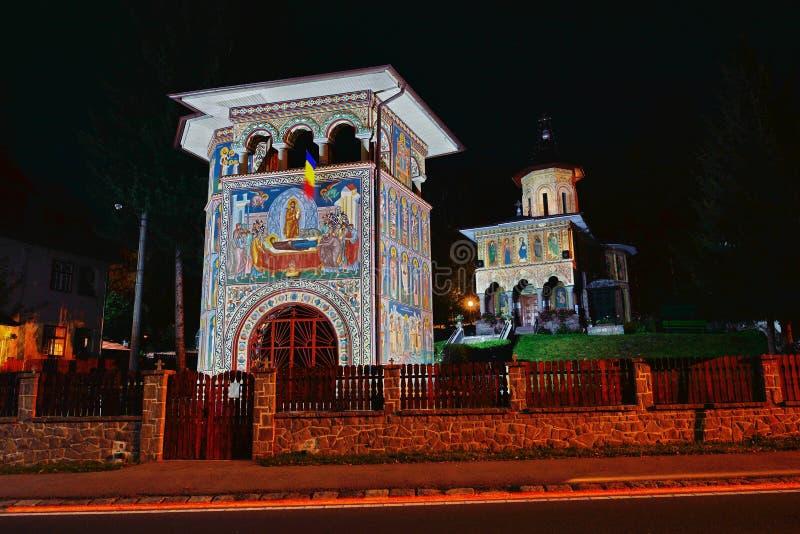 De orthodoxe Kerk van Baile Tusnad, Transsylvanië, 's nachts Roemenië royalty-vrije stock foto