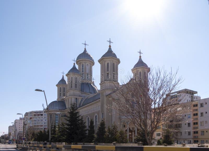 De orthodoxe kerk van de Heilige Martelaar Dimitrie op een zonnige dag, in Bacau, Roemenië stock afbeeldingen
