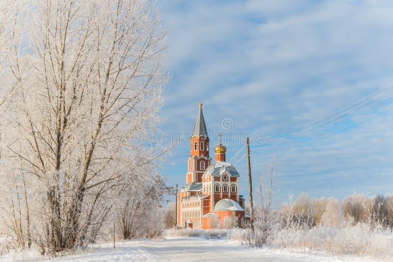 De Orthodoxe Kerk in de winter onder de blauwe hemel royalty-vrije stock afbeelding
