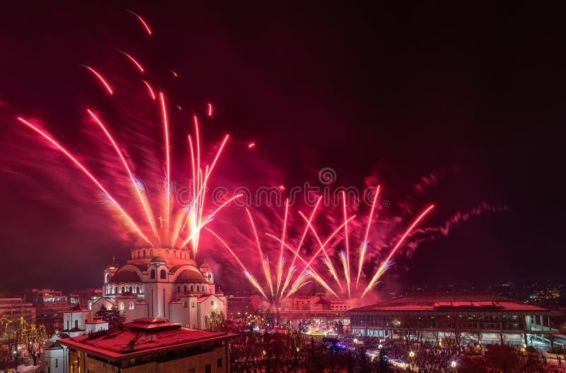 De orthodoxe Nieuwe viering van de jarenvooravond met vuurwerk over de Kerk van Heilige Sava bij middernacht in Belgrado, Servië royalty-vrije stock foto