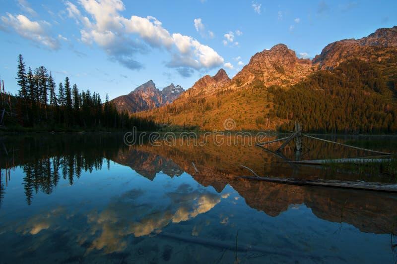 De ottaTeton bergen reflekterade på rad sjön i den storslagna Teton nationalparken royaltyfri foto