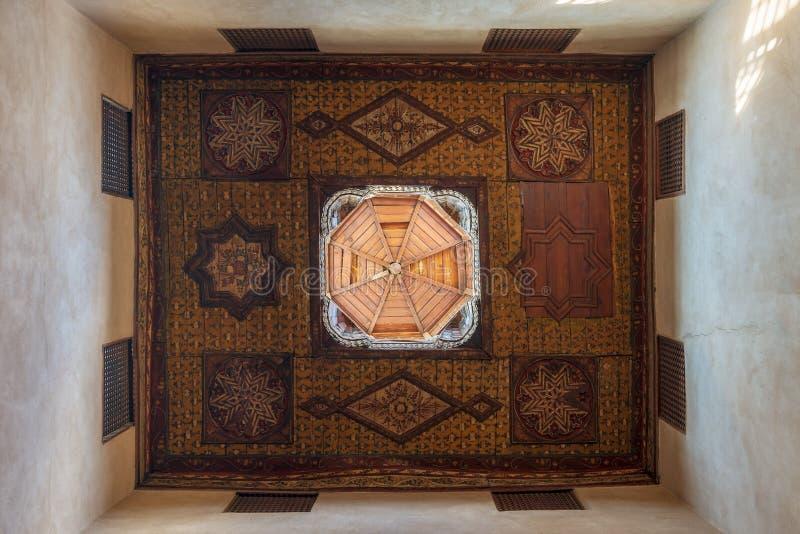 De ottomaneera verfraaide houten plafond met bloemenpatroondecoratie en houten koepel, Kaïro, Egypte royalty-vrije stock afbeeldingen