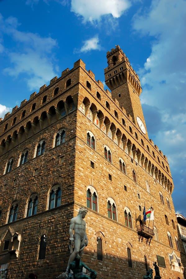 De oud bouw en standbeeld in Florence stock foto's