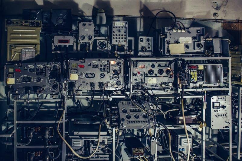 De oud retro militair radiozender van de USSR en ontvangersmateriaal voor communicatie en het uitzenden signaal in schuilkelder royalty-vrije stock foto's