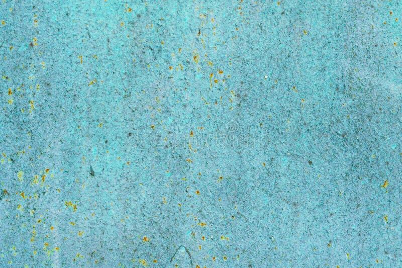 De oude aangetaste achtergrond van de metaalmuur met vlokkige blauwgroene verf Roestige vlokkige gebarsten metaaloppervlakte Vat  stock afbeeldingen