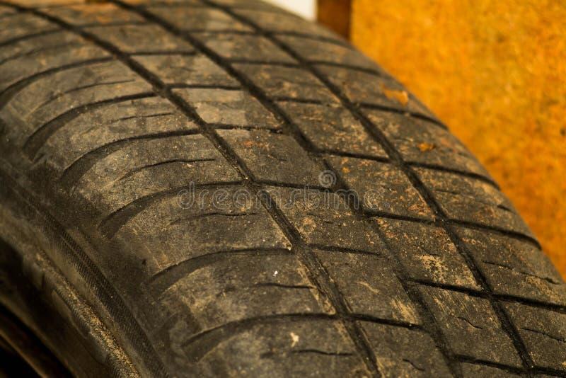 De oude achtergrond van de het loopvlaktextuur van de autoband Uitgeputte beschermer van autoband Gebruikte wielen dicht omhoog stock foto's