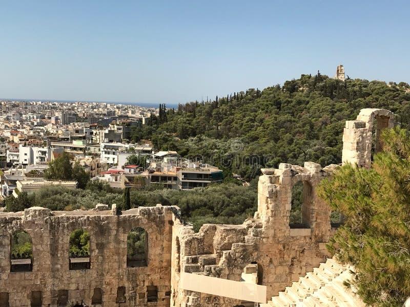 De oude Akropolis ontmoet Eigentijds Athene stock afbeeldingen