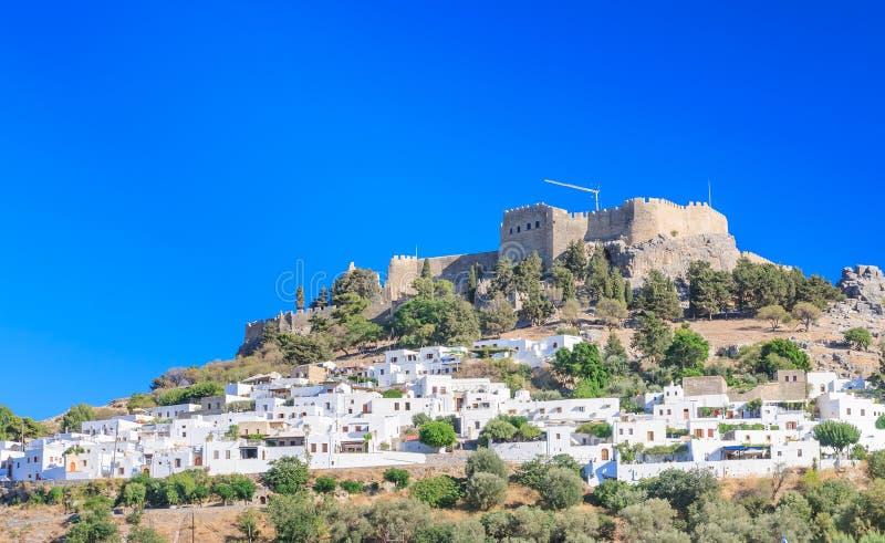 De oude Akropolis van Lindos en de moderne stad rhodos stock foto