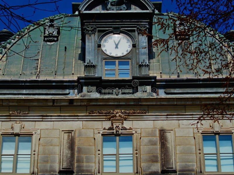 De oude architectuur van Quebec, voorgevel van een oud gebouw stock afbeeldingen