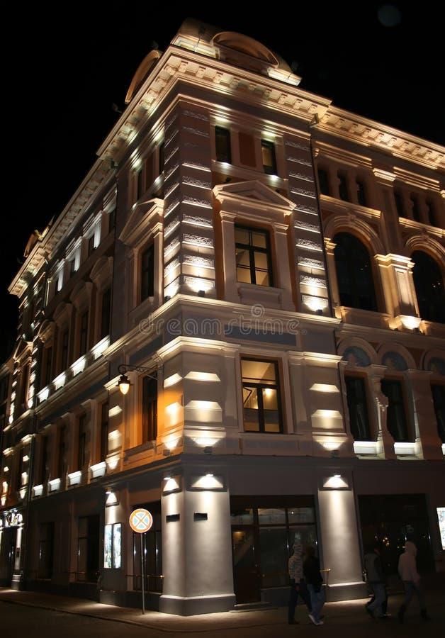De oude architectuur van Riga bij nacht royalty-vrije stock afbeeldingen