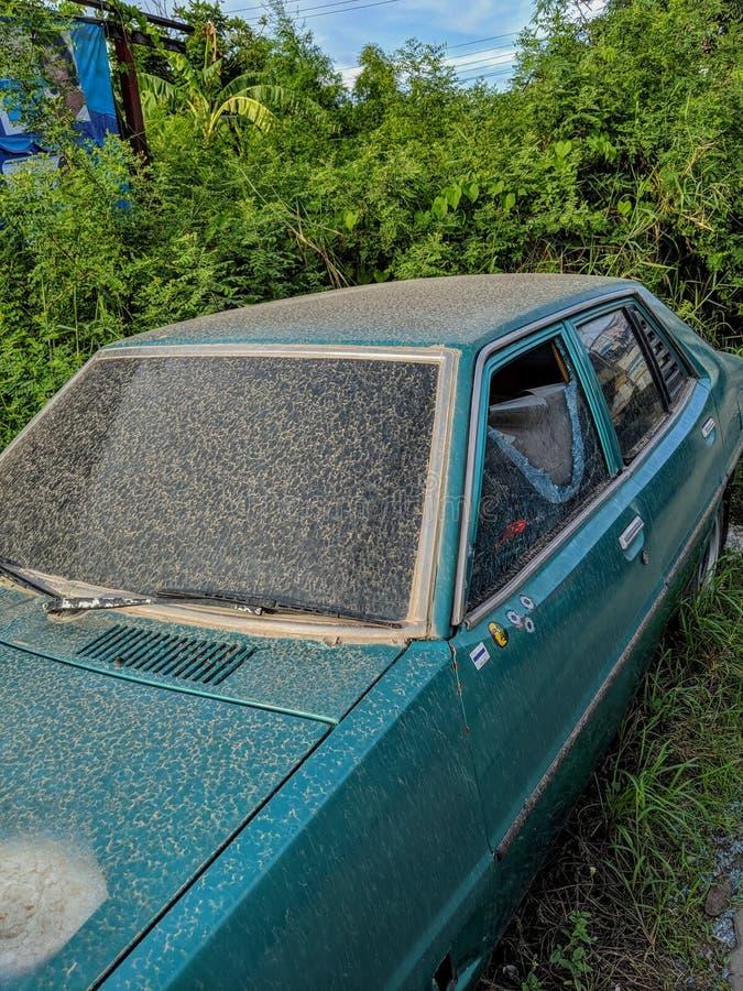 De oude auto van het autoafval stock afbeeldingen